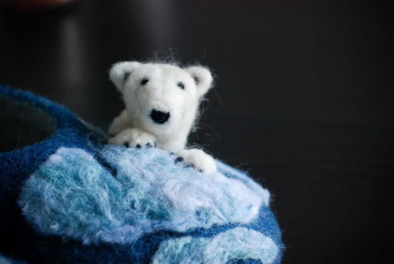 FELTED SLIPPERS POLAR BEAR PEEKABOO