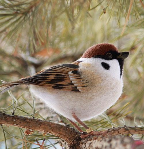 Needle Felted Bird by Ekaterina Babanina featured on www.livingfelt.com/blog